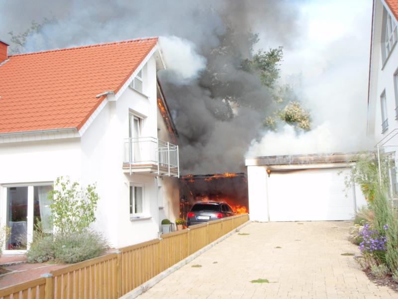 brennt pkw im carport brand greift auf dachstuhl ber einsatzbericht osnabr ck dodesheide. Black Bedroom Furniture Sets. Home Design Ideas