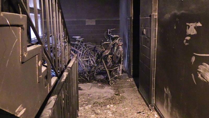 Brennende Kinderwagen versperren Fluchtweg - Feuerwehr rettet 32 ...